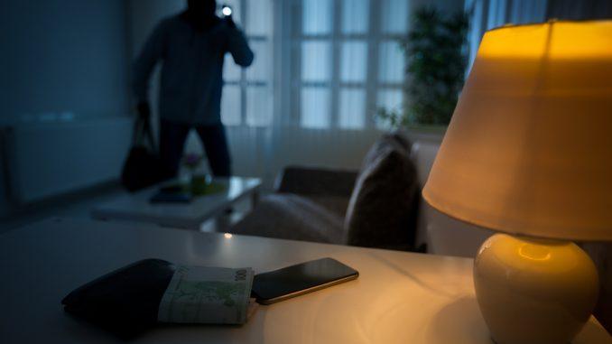 Einbrecher im Wohnzimmer