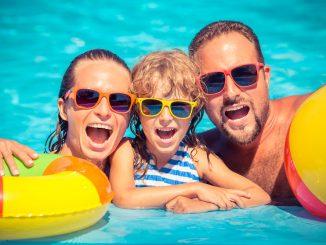 Mutter, Vater und Kind im Pool
