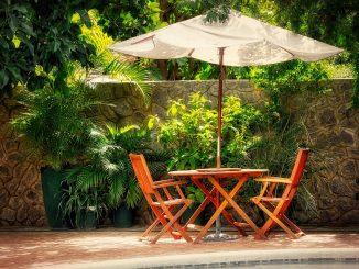 Sonnenschirm mit zwei Stühlen