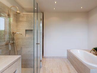 Ein Badezimmer mit Waschbecken und Badewanne