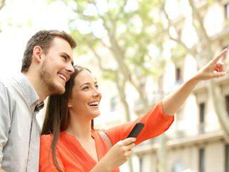 Ein junges Paar besichtigt eine Immobilie.