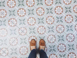 Eine Dame steht mit ihren Schuhen auf Zementfliesen