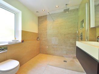 Ein Badezimmer inklusive Eckdusche