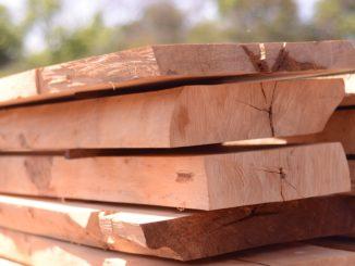 Mehrere Naturholz Bretter liegen übereinander.