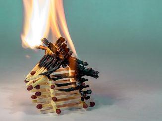 Viele Streichhölzer liegen aufeinander und brennen