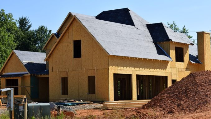 Ein Holzhaus, das sich gerade im Bau befindet.
