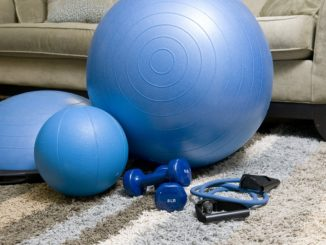 Homegym Equipment vor dem Sofa