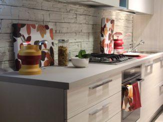 Eine kleine Küche mit grau/silberner Front