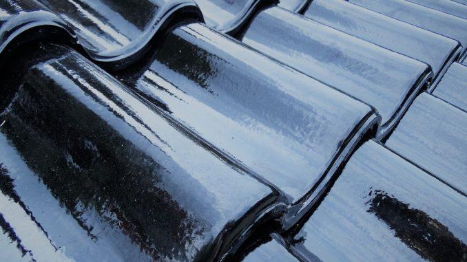 Neue Dachziegel in der Farbe schwarz.
