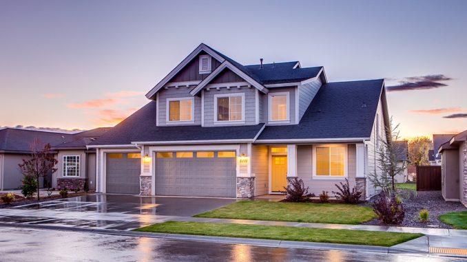 Ein graues Haus vor blauem Himmel