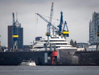 Schiff und Gebäude Bau in Hamburg am Wasser