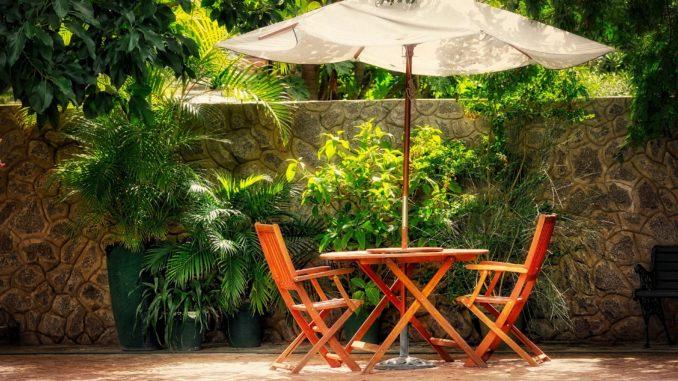 Stühle mit Tisch am Pool auf Terasse