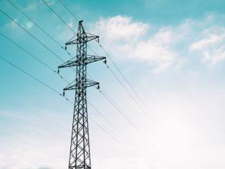 Ein Strommast vor blauem Hintergrund