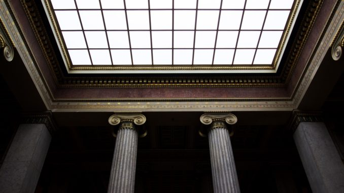 Säulen und Decke mit Fenster.