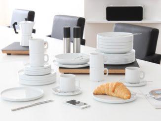 Weißes Geschirr auf einem weißen Tisch