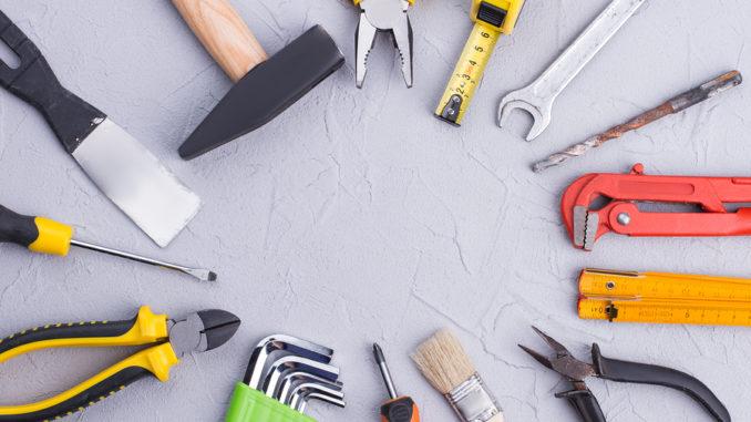 Werkzeuge liegen im Kreis