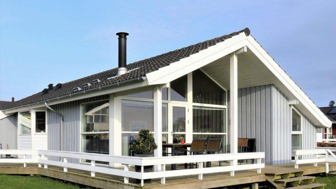 Ein weißes Haus mit großer Terrasse