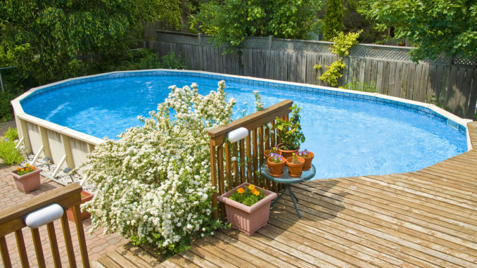 Eine ovale Form über dem Boden Schwimmbad und Holzdeck.