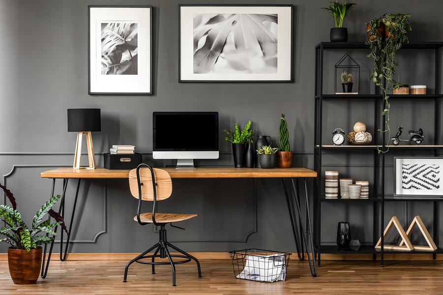 Modernes und dekorativ eingerichtetes Büro zuhause.