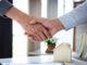 Ein Versicherungsgeber und ein Versicherungsnehmer geben sich die Hand