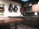 Kücheninterieur, moderne Küche mit Luxusmischer, Frühstückskonzept, Küchenhintergrund, Konzept der gesunden Ernährung, Interieur der modernen Küche in graubraunem Ton