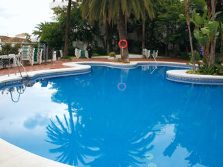Großer blaue Pool im Boden eigenlassen