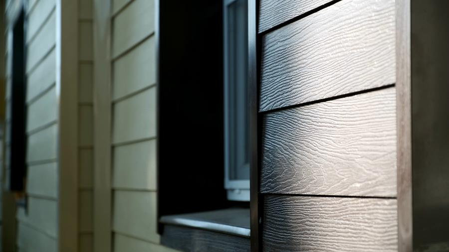 Eine Hausfassade aus Holz bzw. Holzpaneele