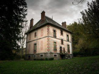 Altes Haus im Grünen