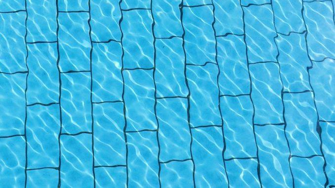 Blauer Boden eines Swimmingpools