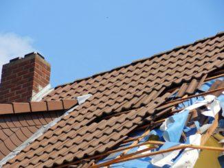 Braunes Hausdach mit Sturmschaden