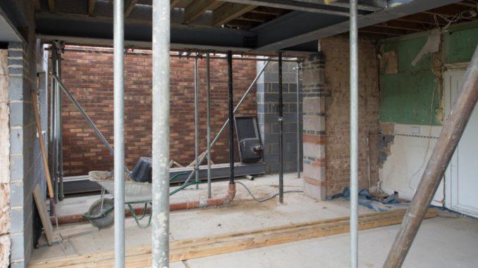 Baustelle im Keller mit Gerüsten und Werkzeug