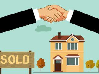 Grafik mit zwei Händen die einschlagen für einen Hausverkauf