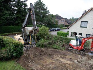 Zwei Bagger heben eine Grube für Hausbau aus