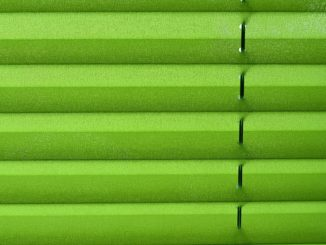 Nahaufnahme eines grünen Plissees