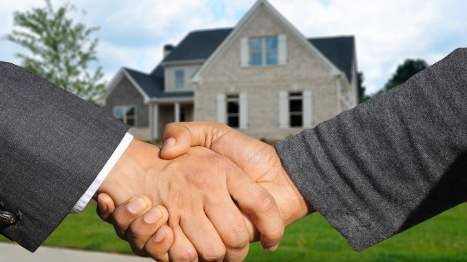 Handschütteln vor einem Haus, zwecks Begrüßung
