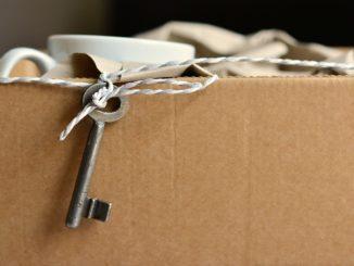 Zimmerschlüssel hängt aus Umzugskarton herazs