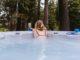 Eine junge Frau im Whirlpool
